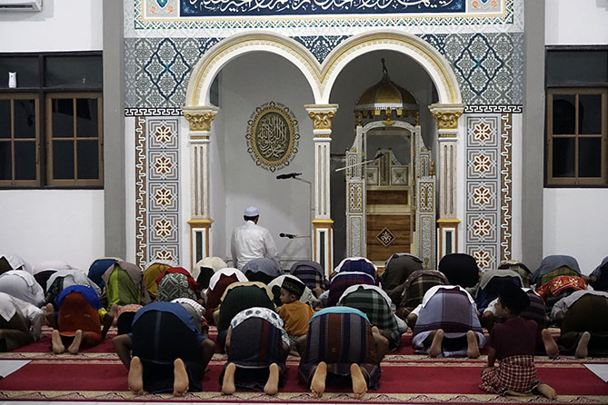 Para jamaah salat magrib di Masjid Karimunjawa