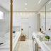 Banheiro com banheira branco e com metais dourados!