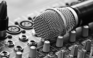 El micrófono solo es una más de las muchas herramientas necesarias