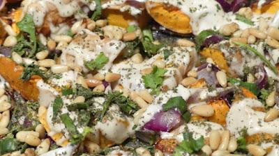 Butternusskürbis und rote Zwiebeln mit Tahini-Sauce und Zatar nach Yotam Ottolenghi