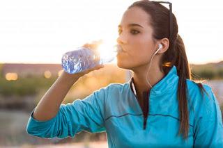 mulher bebendo água se hidratando