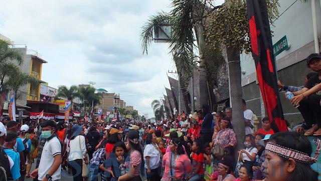 Ribuan Penduduk Meriahkan Karnaval Kemerdekaan Pesona Danau Toba 2016 di Tobasa