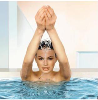 Ενυδάτωση αποτοξίνωση ευεξία swedish spa γυναίκα μελαχρινή στο νερό με χέρια να ρίχνουν νερό πάνω της