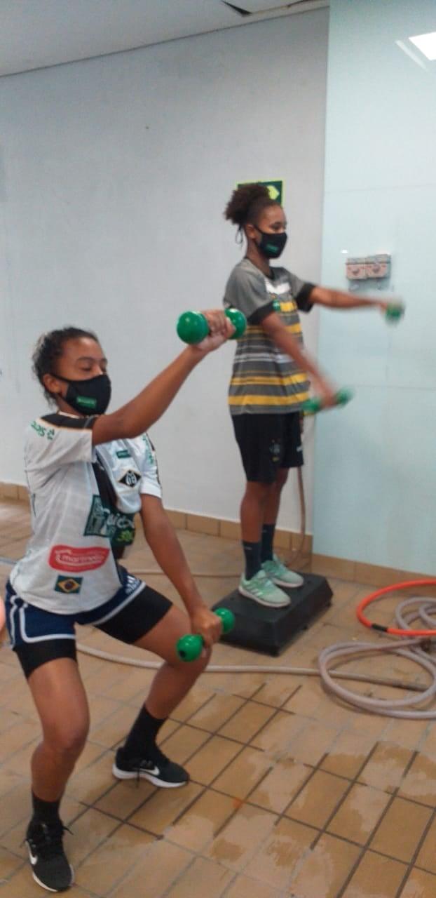 Atletas de futebol feminino treino físico com peso