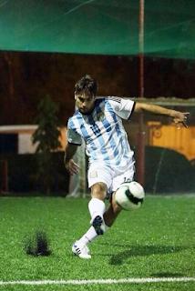 Foto Vivian Dsena bermain Sepakbola