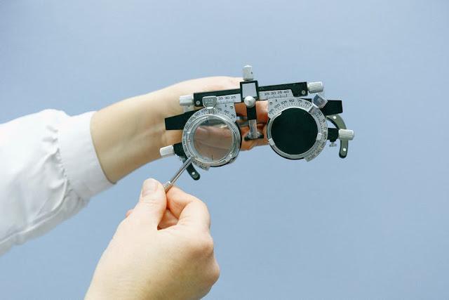 दृष्टि - परीक्षण ( Eye - sight Test ) कैसे किया जाता है ? How is the vision test done?