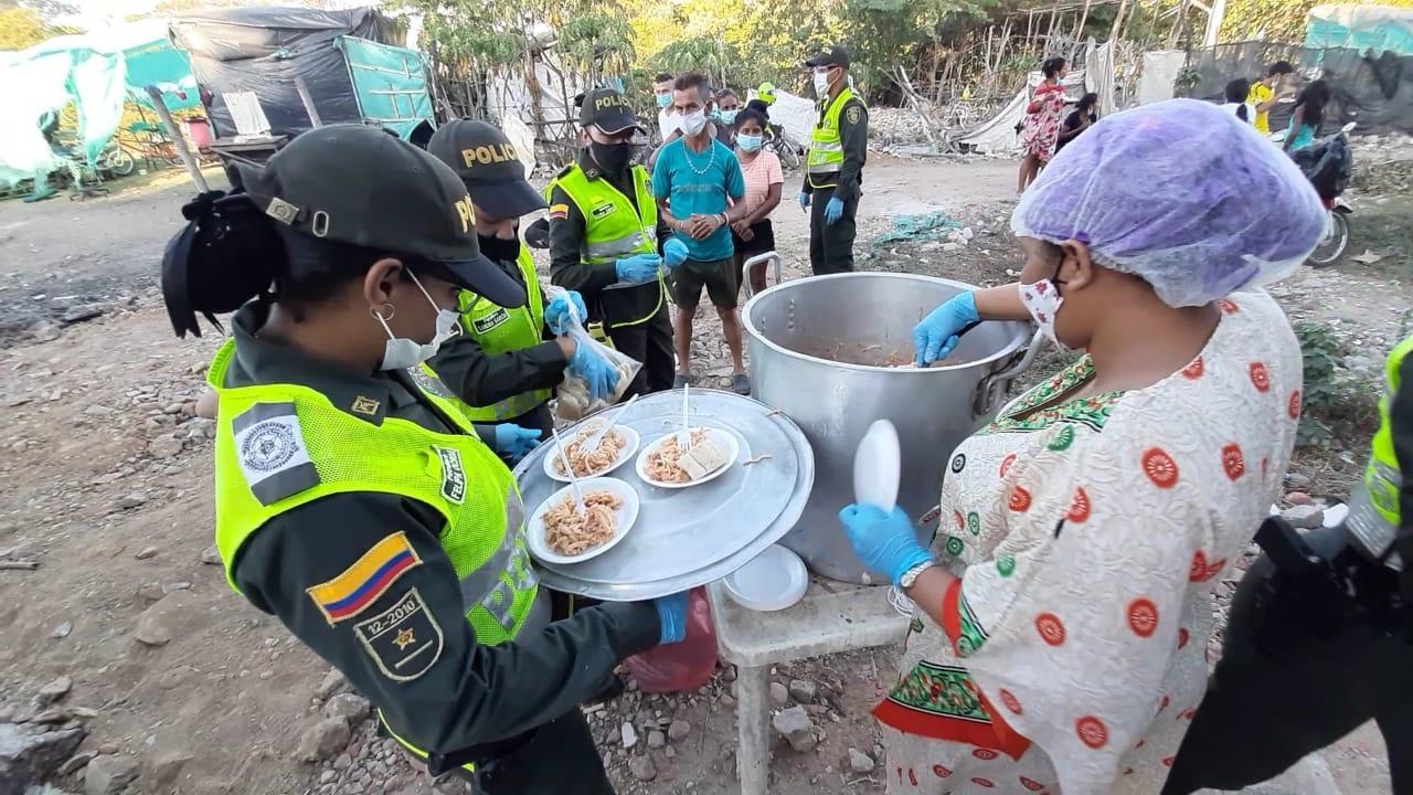 hoyennoticia.com, Policía en Valledupar brindó espaguetada a familias de la margen derecha del rio Guatapuri