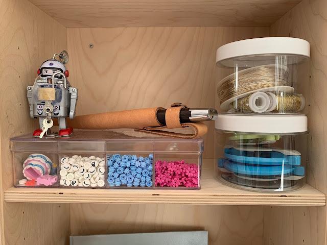 Æske med lego blomster og lego øjne - ståltråd - to størrelser af pompom maker til at lave garn pom pomer med.