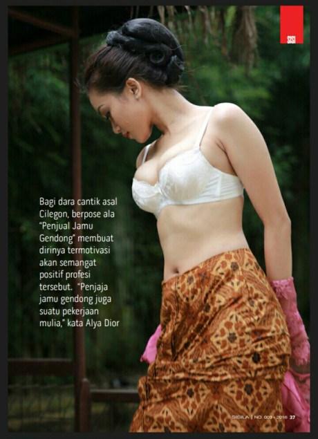 Alya Dior Penjual Jamu Seksi Pamer Buah Dada 1