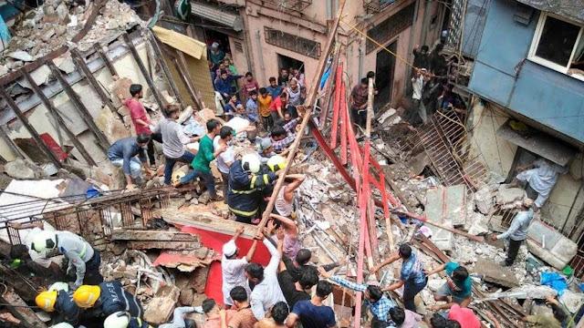 लगातार बारिश के कारण गिरी 4 मंजिला इमारत, 40 से अधिक लोग मलबे में दबे