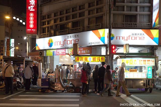 MG 0869 - 中華夜市臭豆腐蚵仔煎,還沒開攤就有客人在守候!營業至凌晨3點夜貓子最愛