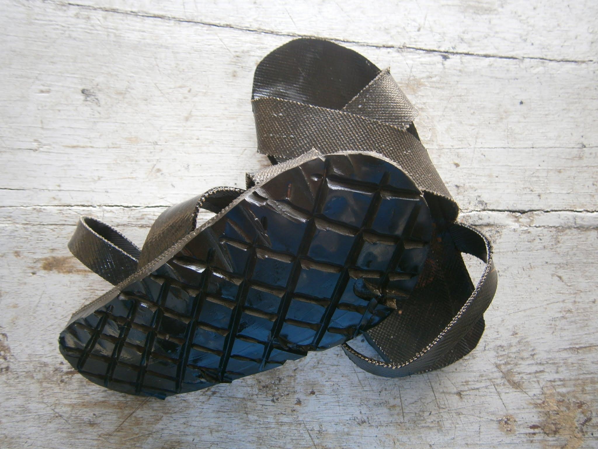 fotografía de Sandalias hechas de piezas de neumáticos conocidos como YANQUIS (Ojotas)