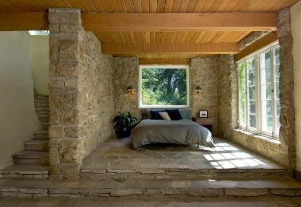 Boiserie c muri in pietra look medioevale - Camera da letto con boiserie ...