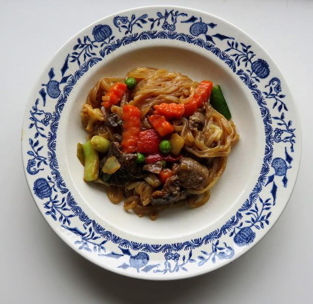 indonesisch kochen - Glasnudelnpfanne Mit Gemüse und Rindfleisch