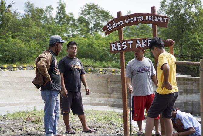 Pokdarwis Desa Wisata Ngkumut sedang membuat plang di sekitaran DAM