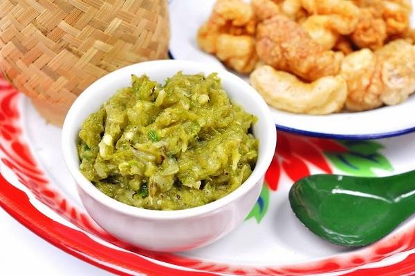 Nam phrik num là một loại nước sốt dùng để ăn kèm với xôi, rau, thịt lợn