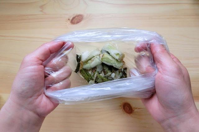 準備しておいた【合わせ調味料】を入れたビニール袋にすべて入れ、袋の口を閉じてシャカシャカ振ってまぶして完成です。