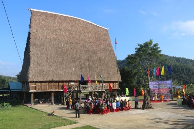 Dưới mái nhà Rông làng du lịch cộng đồng Kon Pring
