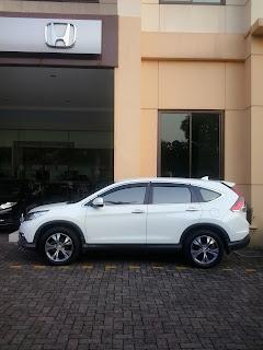 Honda CRV di depan showroom honda mobil, dealer resmi penjualan mobil Honda di Tanjung Priok