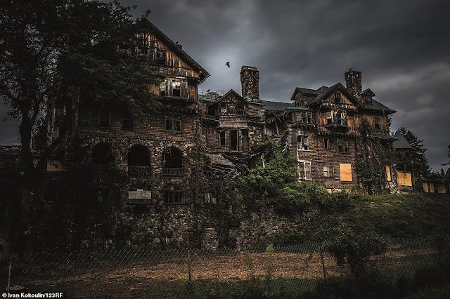 Obsessing abandoned castles and palaces like horror movies