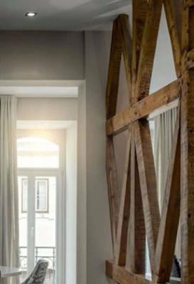 sekat ruangan unik dari kayu bekas
