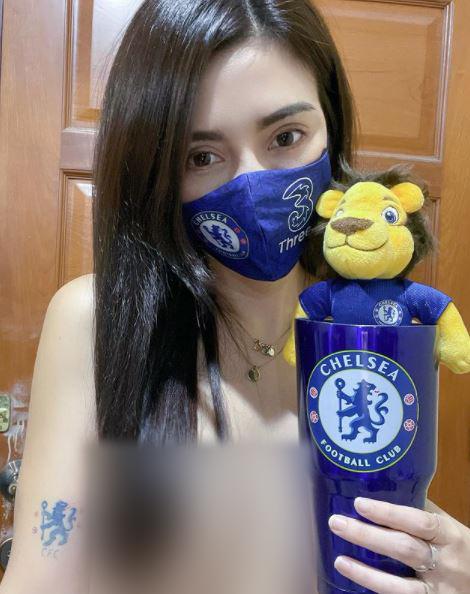 Model Cantik Tampil Topless Saat Dukung Tim Chelsea Berlaga