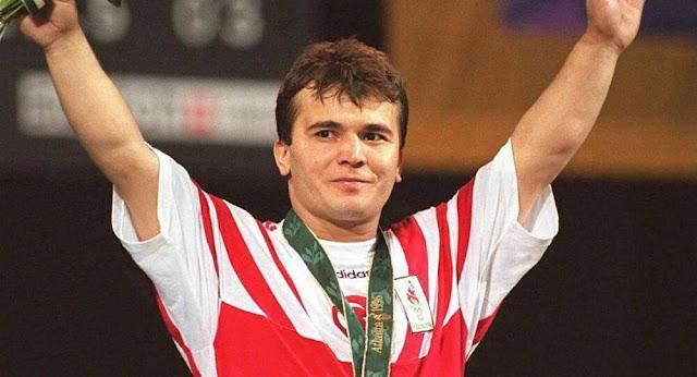 Halterci Dünya Şampiyonu Naim Süleymanoğlu kimdir? aslen nerelidir? hayat hikayesi ne zaman öldü? vefat etti? biyografisi ve hayatı hakkında kısa bilgiler.