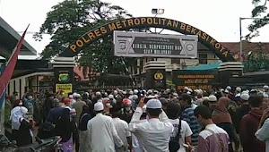 Sampaikan Dukungan untuk Habib Rizieq, Massa Geruduk Mapolres Metro Bekasi Kota