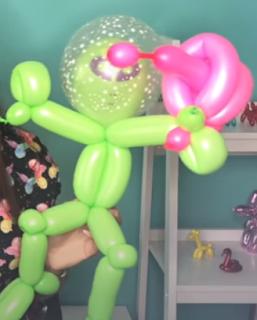 Alien-Figur aus Luftballons geformt.
