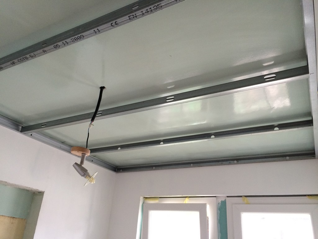 Travaux domicile plafond de la salle de bain for Pose lame pvc plafond