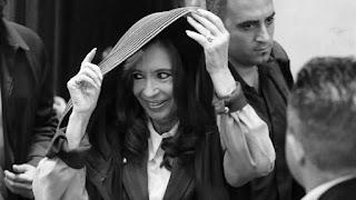 """Cristina Fernández de Kirchner, por mi propio derecho, en la causa Nº 12.152/15 caratulada """"Banco Central de la República Argentina s/defraudación..."""", en trámite por ante ese Juzgado Nacional en lo Criminal y Correccional Federal Nº 11, Secretaría Nº 22, con el patrocinio letrado del Dr. Carlos Alberto Beraldi (CUIT 20-13430665-4), constituyendo domicilio en Av. Santa Fe 1752, 2º A, a V.S. digo:"""