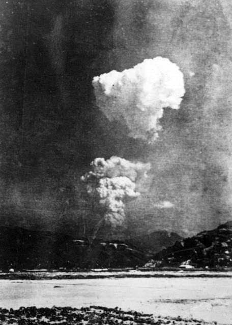 Atomic blast at Hiroshima a few minutes after the detonation worldwartwo.filminspector.com