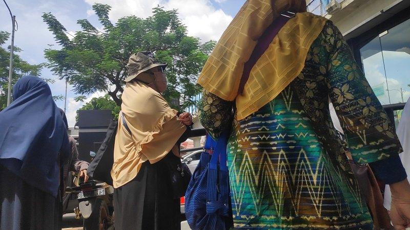 Tertahan Aparat Keamanan di Depan Gerbang PN Jaktim, Barisan Emak-Emak Orasi Minta Habib Rizieq Dibebaskan