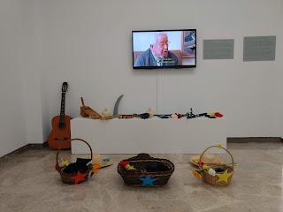 Objetos clave relacionados con las obras del artista agrupados en tres grupos.