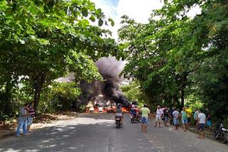 Manifestantes bloqueiam trânsito na ladeira que liga bairros em João Pessoa