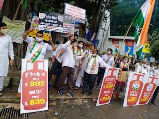पेट्रोल और रसोई गैस की बढ़ती कीमतों के खिलाफ कांग्रेस ने निकाला मोर्चा  | #NayaSaberaNetwork