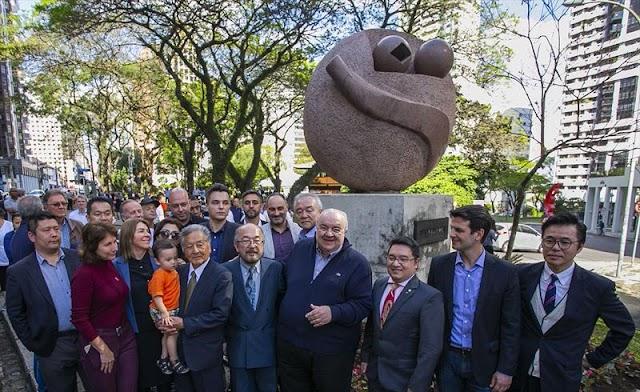 Praça do Japão ganha escultura do artista Manabu Mabe