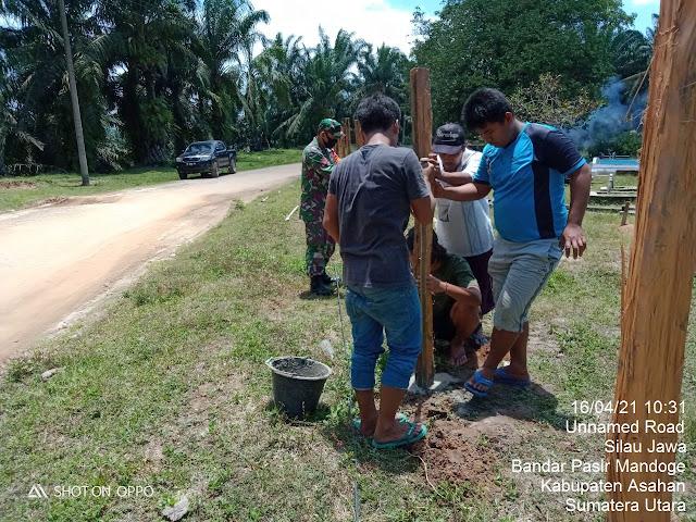 Bersama Warga, Personel Jajaran Kodim 0208/Asahan Laksanakan Gotong Royong Bersihkan TPU