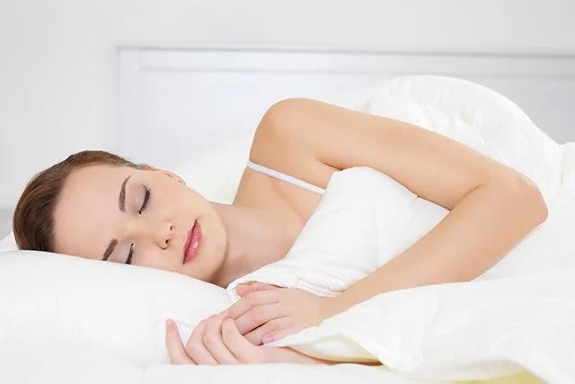 Yan yatmanın sağlığınız için birçok faydası vardır. Özellikle uyku apnesi ve kronik bel ağrılarının giderilmesinde faydalıdır.