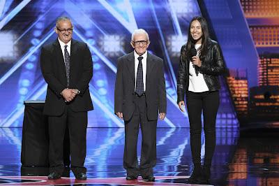 Edson, Leon e tradutora no palco de America's Got Talent - Divulgação