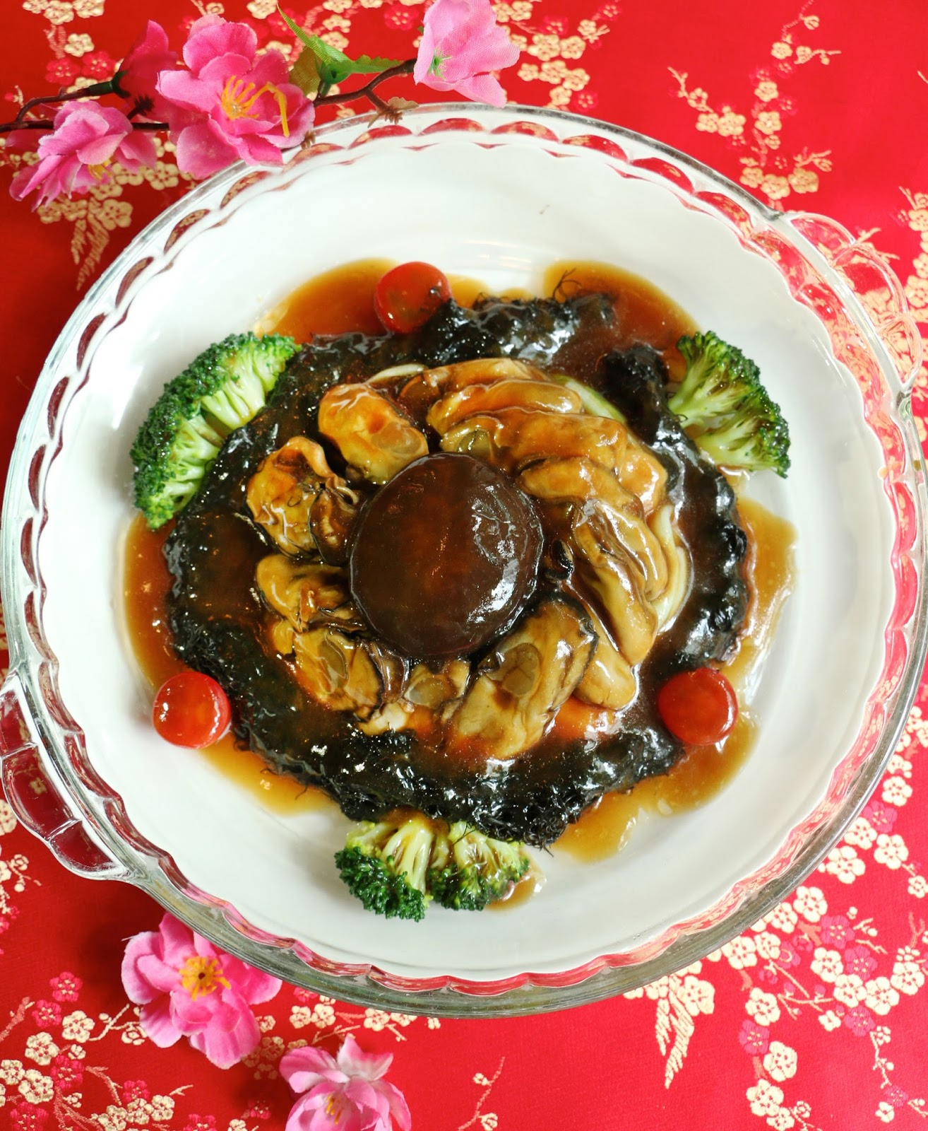 Stewed sun-dried oysters with sea moss and garden greens in oyster sauce (蚝豉发菜, Háo shì fà cài).