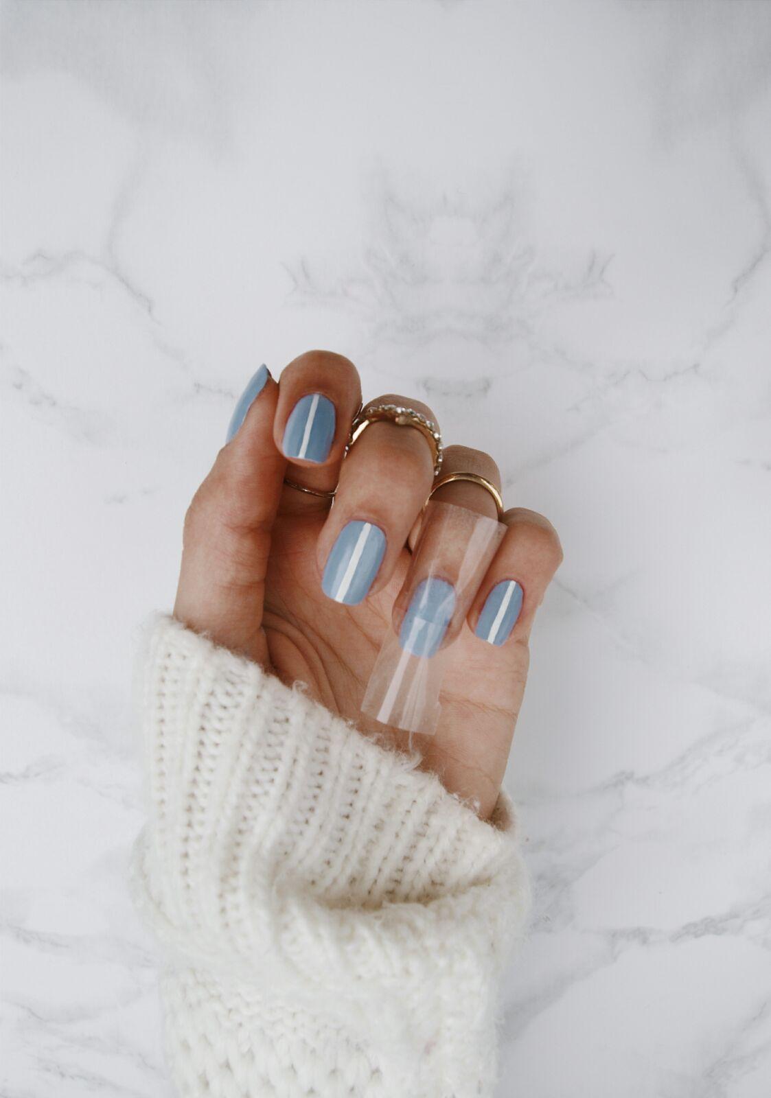 nail-blueandwhite-striped-coastalandco-blog-manucure-manicure-beauty-beaute-belleza-manicura-beige-white-nude-sephora-kiko-mac-nars
