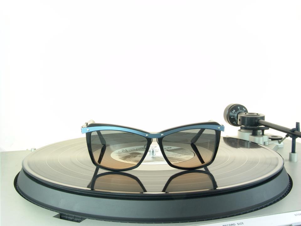 Vinylize é uma empresa búlgara que decidiu investir na fabricação de óculos  feitos a partir de materiais reciclados. Os antigos discos de vinil foram  ... 0ef718e00c