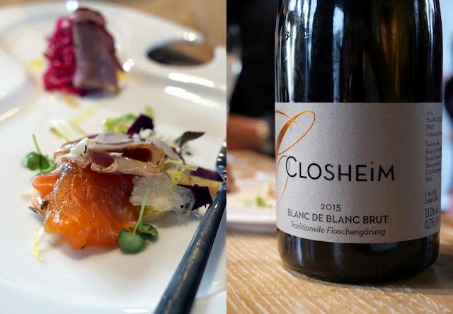 Das Amuse-Bouche vom Kraichgauer Landschwein, geräucherte Ente, gebeiztem Label Rouge Lachs und mariniertem Asia-Rettich wird vom Sekt Blanc De Blanc brut 2015 begleitet.