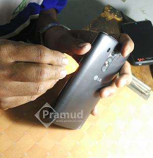 cara melepas tutup belakang baterai, backcover, backdoor, casing, bodi LG G3 - pramud blog