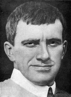 Βλαντίμιρ Μαγιακόφσκι. Ακολουθεί το κείμενο: Ο Βλαντίμιρ Βλαντίμιροβιτς Μαγιακόφσκι (Влади́мир Влади́мирович Маяко́вский, ΔΦΑ [vlɐˈdʲimʲɪr mɐjˈkofskʲɪj]: 19 Ιουλίου 1893 – 14 Απριλίου, 1930) ήταν Ρώσος ποιητής και θεατρικός συγγραφέας, ένας από τους κατεξοχήν εκπροσώπους του Ρωσικού Φουτουρισμού στις αρχές του 20ού αιώνα.  Νεανικά χρόνια  Ήταν το τρίτο και τελευταίο παιδί της οικογένειάς του που γεννήθηκε στο Μπαγκντάτι, στη Γεωργία όπου ο πατέρας του εργαζόταν ως δασοφύλακας. Ο πατέρας του είχε καταγωγή από Ουκρανούς Κοζάκους [1] ενώ η μητέρα του ήταν επίσης oυκρανικής καταγωγής. Αν και ο Μαγιακόφσκι μιλούσε Γεωργιανά στο σχολείο και με τους φίλους του, η οικογένειά του μιλούσε κυρίως Ρωσικά στο σπίτι. Σε ηλικία 14 ετών πήρε μέρος σε διαδηλώσεις με τους σοσιαλιστές στην πόλη Κουταΐσι, όπου παρακολούθησε μαθήματα στο τοπικό γυμνάσιο. Μετά τον ξαφνικό και πρώιμο θάνατο του πατέρα του το 1906, η οικογένειά του — ο ίδιος, η μητέρα του, και οι δύο αδελφές του — μετακόμισε στη Μόσχα, όπου συνέχισε τις μαθητικές του σπουδές.[2]  Στη Μόσχα ο Μαγιακόφσκι ανέπτυξε το πάθος του για τη μαρξιστική λογοτεχνία, πήρε μέρος σε σειρά δραστηριοτήτων στο Ρωσικό Σοσιαλιστικό Δημοκρατικό Κόμμα των Εργαζομένων και αργότερα στρατολογήθηκε ως μέλος των Μπολσεβίκων. Το 1908 αποπέμφθηκε από το σχολείο επειδή η μητέρα του δεν μπορούσε πλέον να πληρώνει τα δίδακτρα. Εκείνη την εποχή, ο Μαγιακόφσκι φυλακίστηκε σε τρεις περιπτώσεις για ανατρεπτική πολιτική δράση αλλά, όντας ανήλικος, απέφυγε τη μεταγωγή του. Στη διάρκεια της περιόδου της απομόνωσης στα κρατητήρια της φυλακής της Μπουτίρκα (ρωσικά: Бутырский следственный изолятор ή Бутырская тюрьма) το 1909, άρχισε να γράφει ποίηση, αλλά τα ποιήματά του κατασχέθηκαν από τις αρχές. Με την αποφυλάκισή του, εξακολούθησε να εργάζεται για το σοσιαλιστικό κίνημα, και το 1911 μπήκε στη Σχολή Καλών Τεχνών της Μόσχας όπου γνωρίστηκε με μέλη του ρωσικού φουτουριστικού κινήματος. Έγινε ο κύριος εκπρόσωπος τύπου για την ομάδα Γκιλέας (ρωσικά:Гилея), και στεν