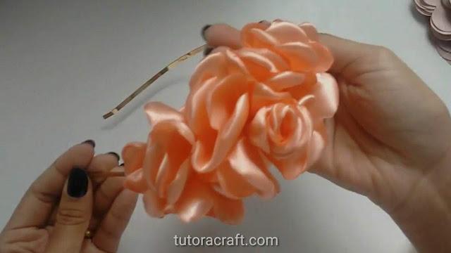 Flor boleada cascata na tiara