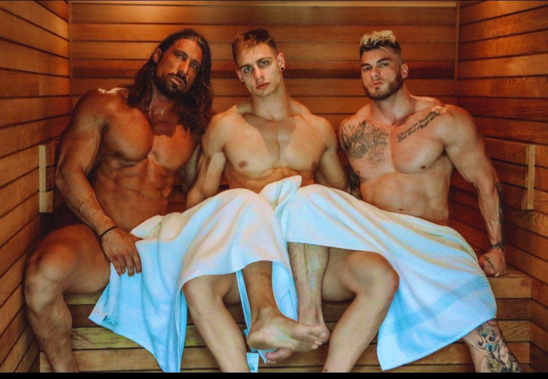 hombres en toalla sin calzoncillos en el sauna