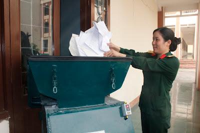nữ thượng úy chế tạo máy hủy giấy đa năng