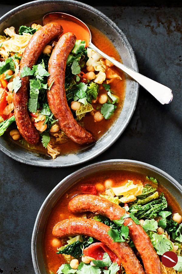 Eintopf {One Pot}: Rezept für Wirsing mit Kichererbsen, Tomaten, orientalischer Schärfe und köstlicher Merguez. Zum Reinspringen lecker!